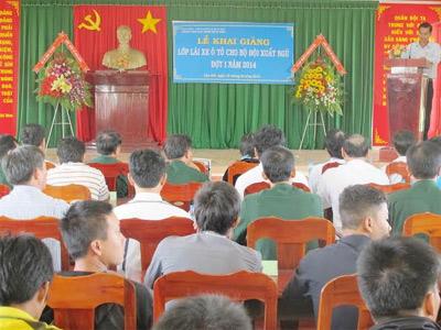 Các học viên dự lễ khai mạc lớp đào tạo lái xe ô tô của Trung tâm Dạy nghề Bách Việt.